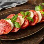 розови домати с моцарела и боселек в чиния, снимани отстрани
