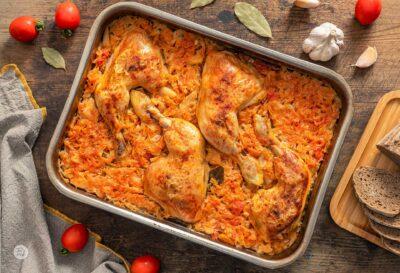 пиле със зеле в тава, снимано отгоре