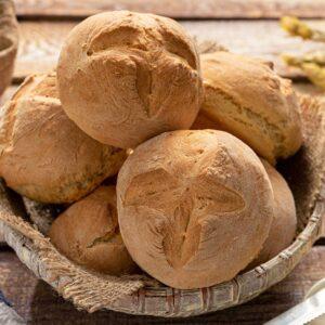 селски питки на баба, сервирани в дълбока дървена купа, снимани отстрани