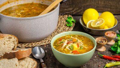 Пуешка супа, сервирана в купа и тенджера, снимана отгоре