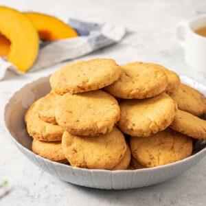 Бисквити с тиква и моркови, поднесени с чай