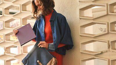 Млада жена с лаптор Lenovo Yoga Slim