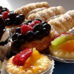Чиния с различни десерти, печива