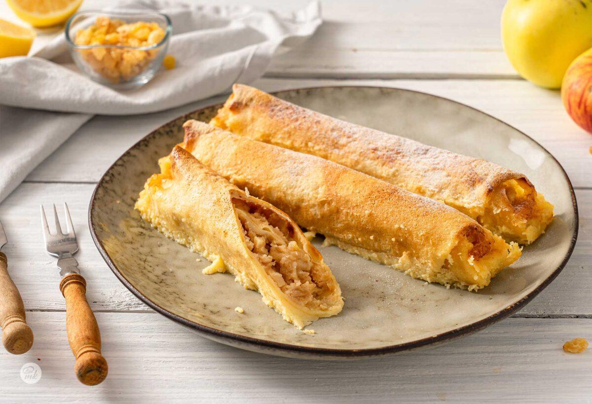 Запеканка от палачинки с ябълкова плънка, три броя, сервирани в чиния, снимани отстрани