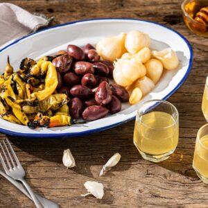 Три чашки греяна ракия с мед и джинджифил, поднесени с туршия и маслини