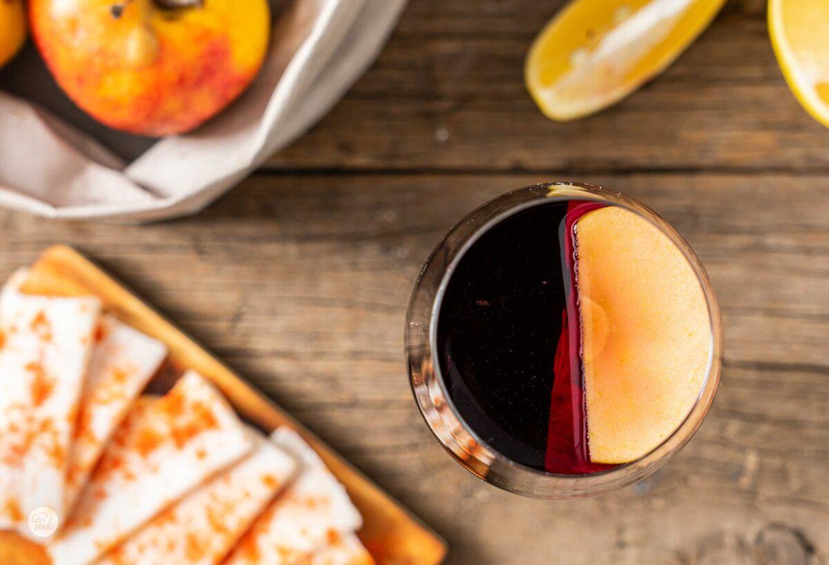 Чаша греяно вино с парченце ябълка