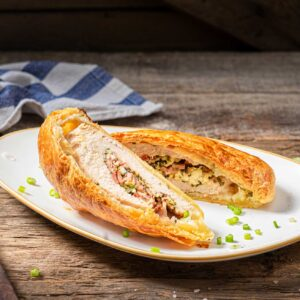 Пълнено пилешко филе в бутер тесто, снимано отстрани