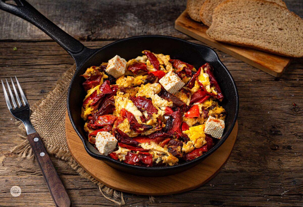 Пържени сухи чушки с яйца и кубчета сирене в тиган