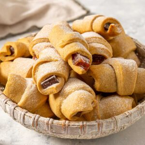 Маслени кифлички с локум, поднесени в плитък панер