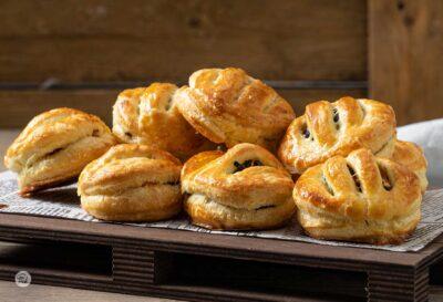 Хапки от бутер тесто със сьомга и маслини
