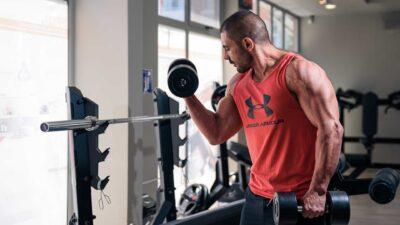 Кирил Танев тренира с дъмбели