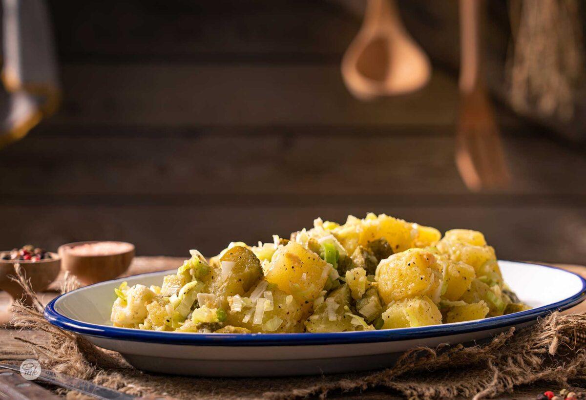 Салата с картофи, яйца и кисели краставички, снимана отстрани