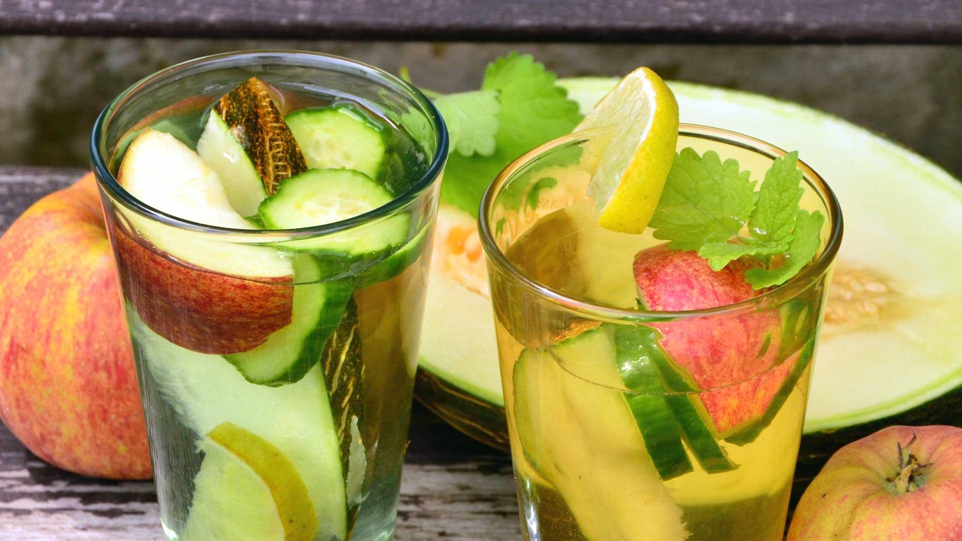 Стъклени чаши с вода и плодове
