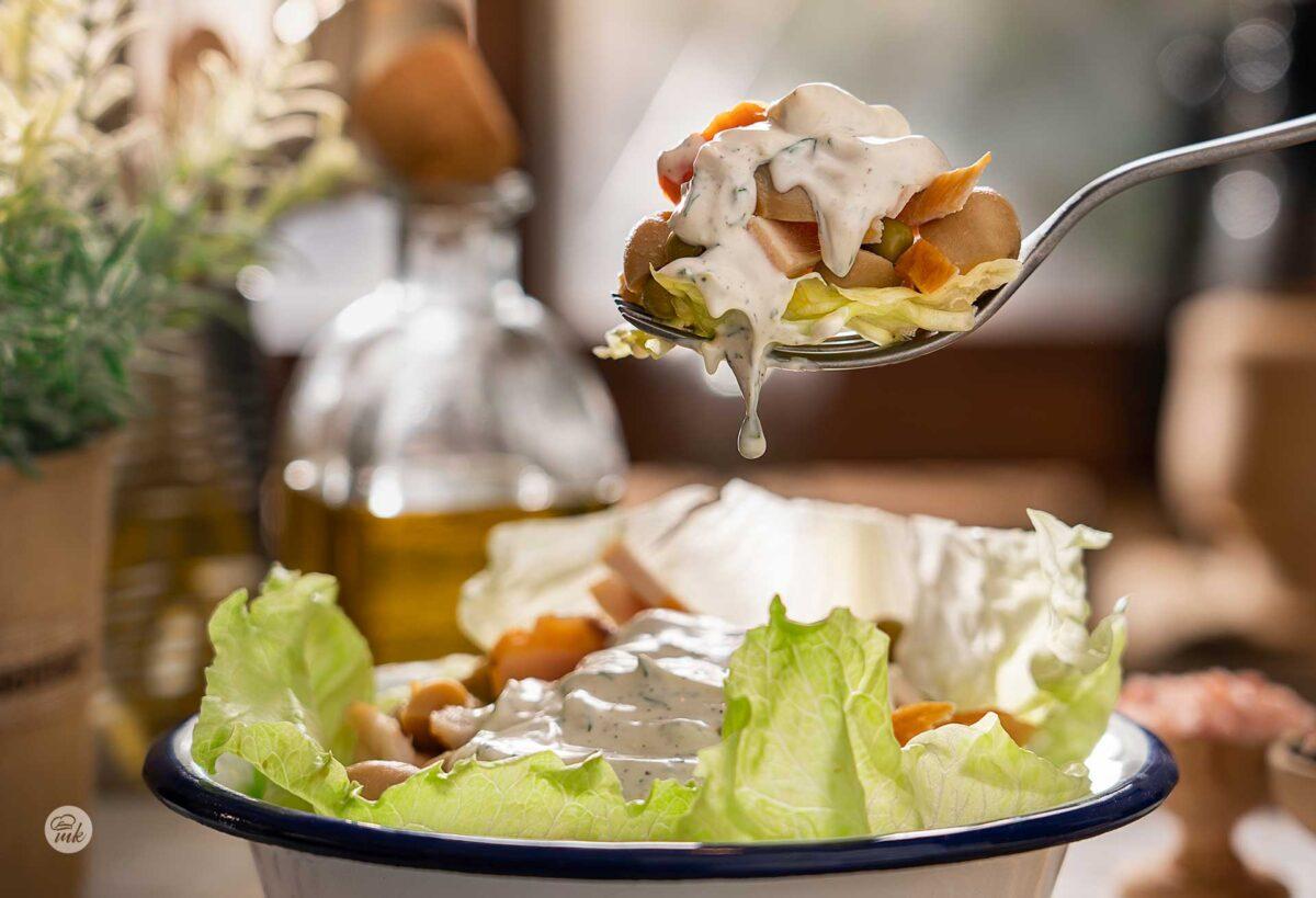 Богата салата с пиле, гъби и грах