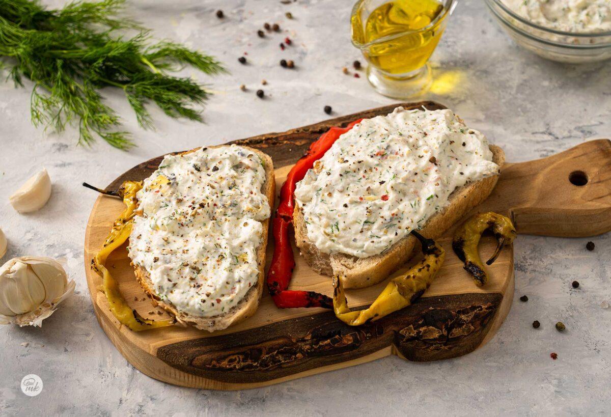 егейски джънджък, намазан върху хляб