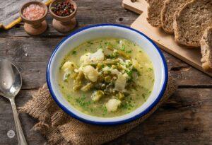 Купичка каракачанска супа с карфиол и сирене, снимана отгоре