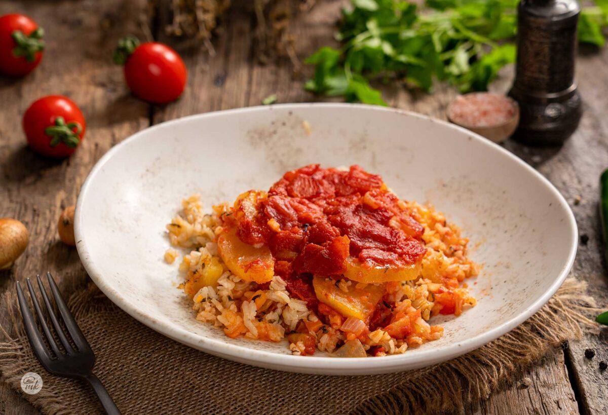 Порция картофи с ориз на фурна, снимана отстрани
