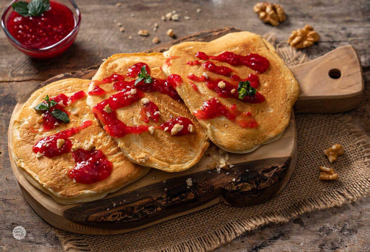 родопски колаци върху дъска за рязане декорирани със сладко