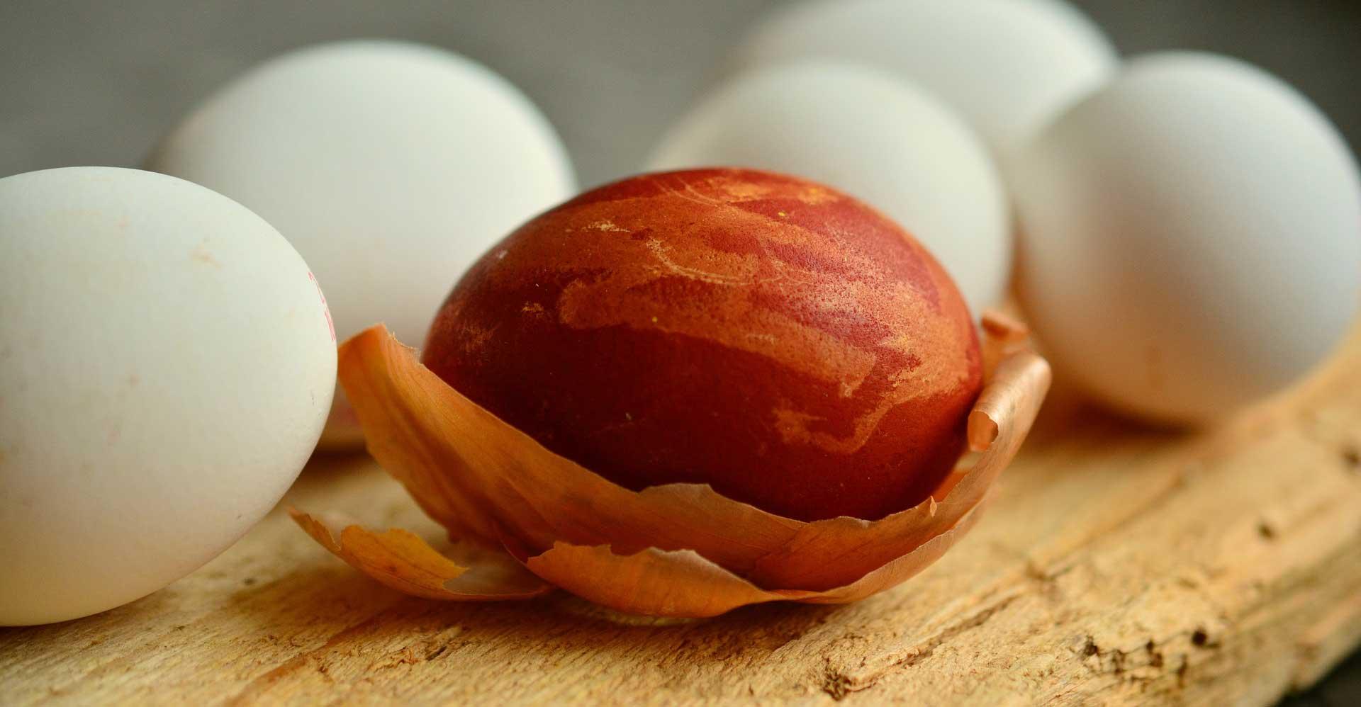 Червено великденско яйце, боядисано в червено с лук