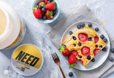 Парче кекс в чиния с ягоди и протеин, снимано отгоре