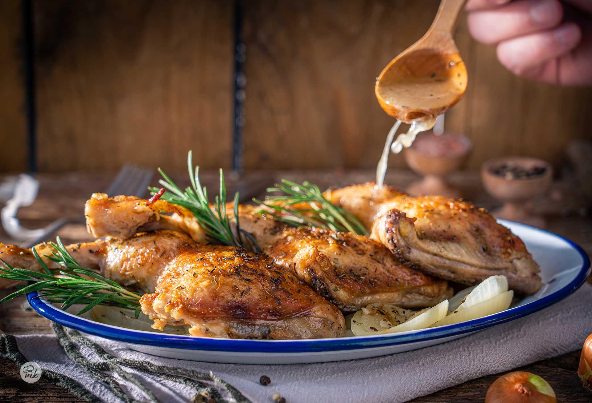 Печени пилешки бутчета с бяло вино, гарнирани с пресен розмарин