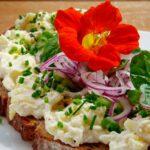 Сандвич крем от сирене, лук и латинка