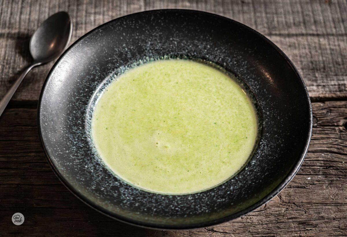 Студена супа от авокадо и тиквички, снимана отгоре