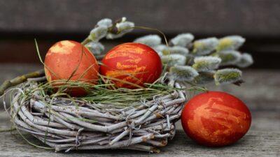 Червени великденски яйца в панер
