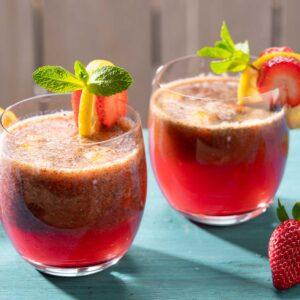 Две чаши с ягодова лимонада с мента, снимани отстрани