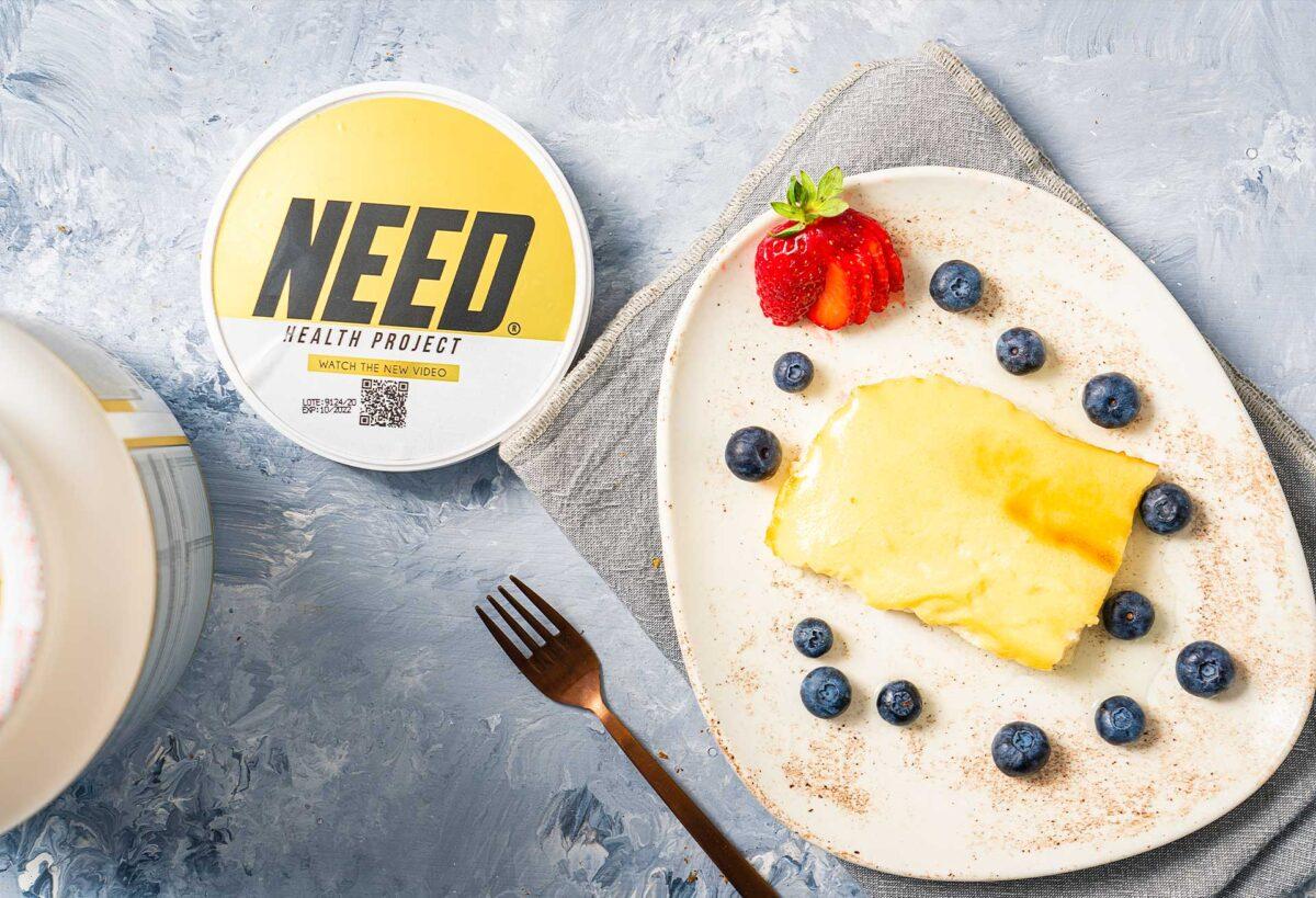 Протеинов диетичен десерт, в чиния с декорация и протеин NEED