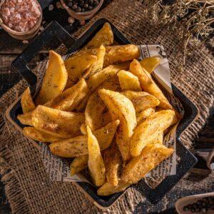 Порция хрупкави пържени картофи, снимани отгоре