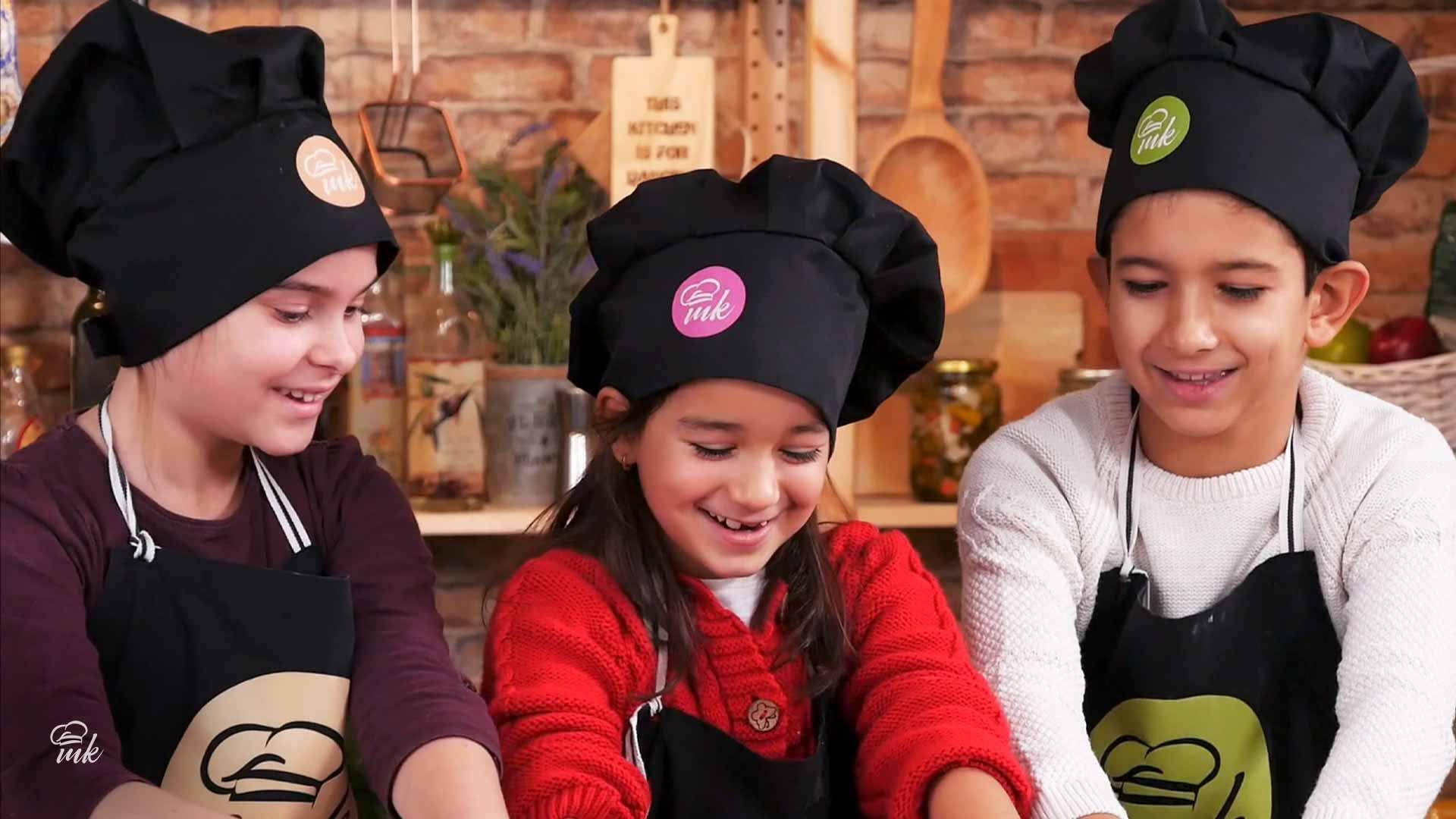 3 деца с готварски щапки на Mate Kitchen