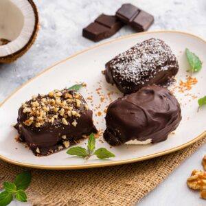 Кокосови блокчета с шоколадова глазура, снимани странично отгоре