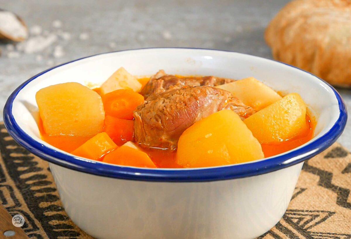 Купичка телешка супа с домати и картофи, снимана отпред