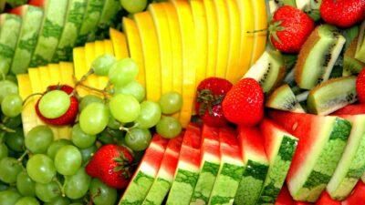 нарязани различни пресни плодове, богати на витамини