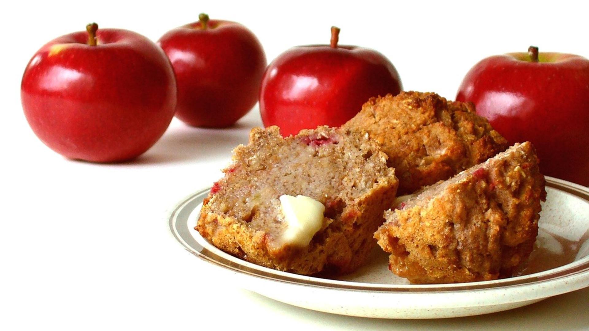 Червени летни ябълки и мини кексчета в порделанова чиния