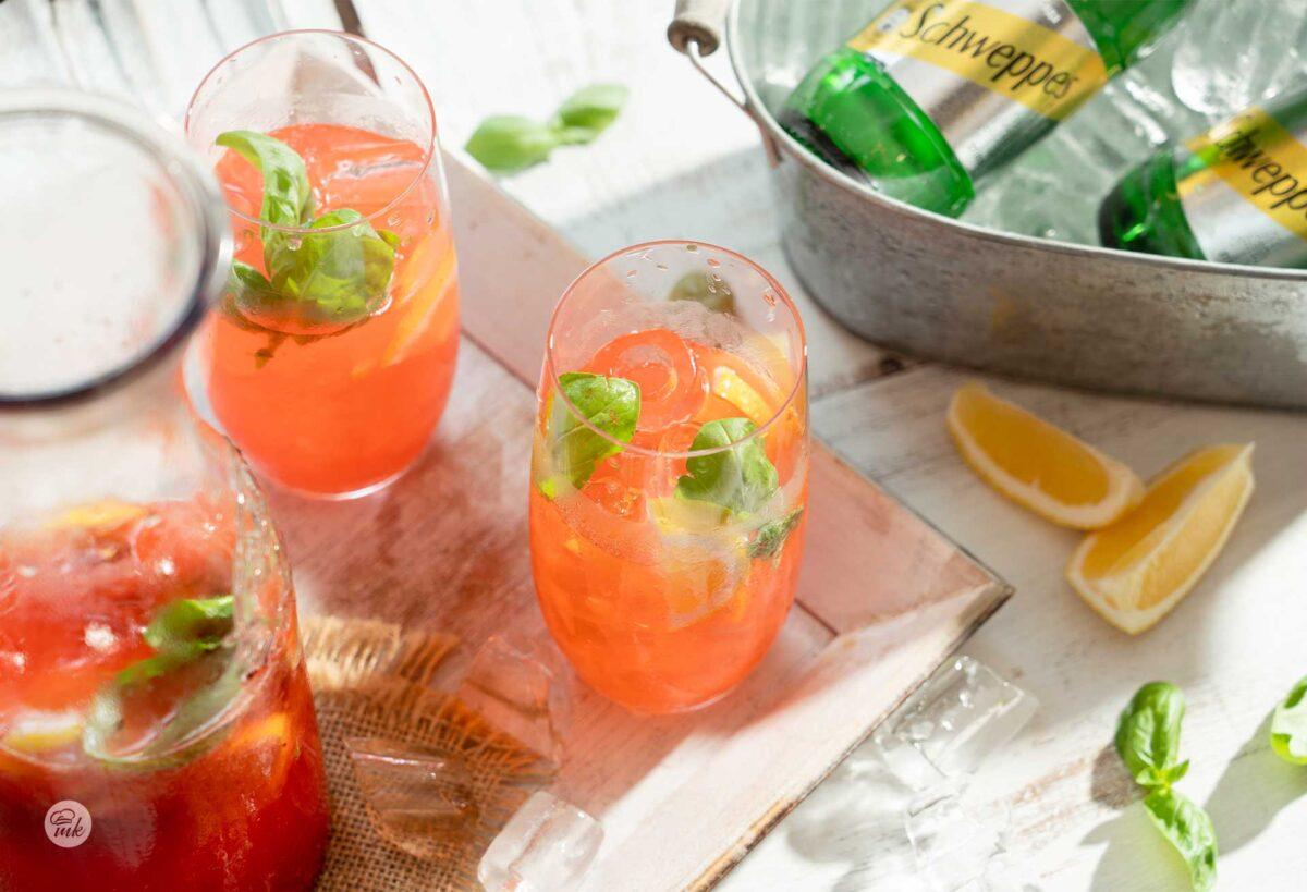 Две чаши лимонада с лед и гарафа, снимани отгоре