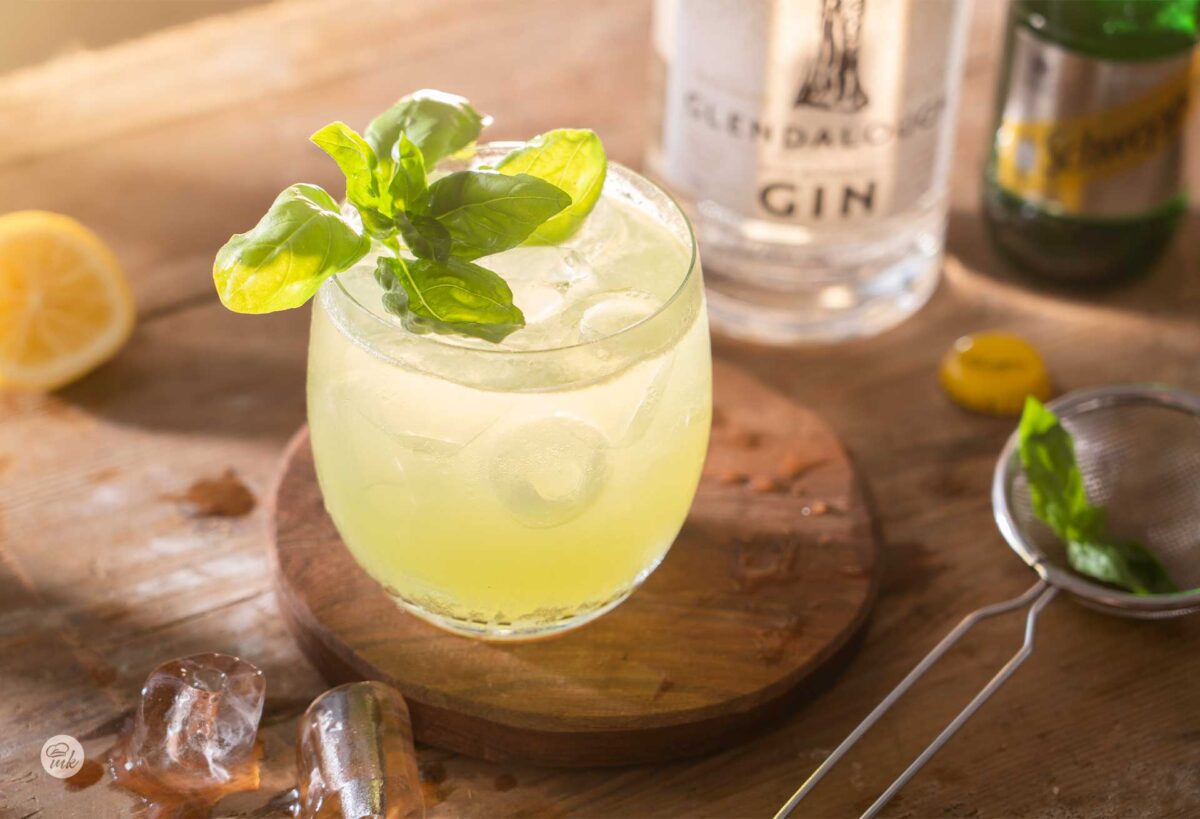 Чаша коктейл с босилек, снимана отстрани