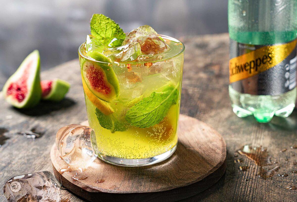 Домашна лимонада със смокини, мента и лимон, в чаша, снимано отстрани