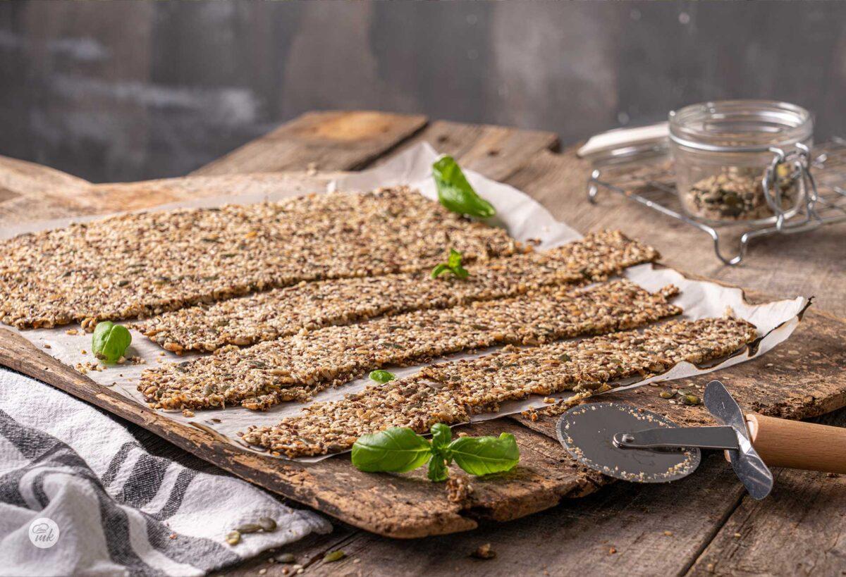 Крекери от семена с босилек, снимани отстрани