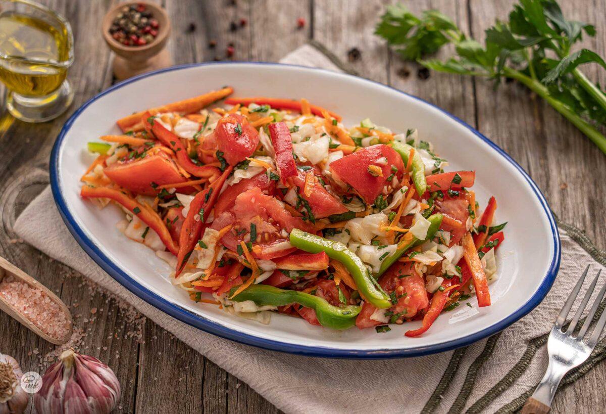 Панагюрска салата, сервирана в чиния, снимана отстрани
