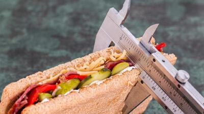 Шублер, който мери дебелината на сандвич, за да се избегне напълняване