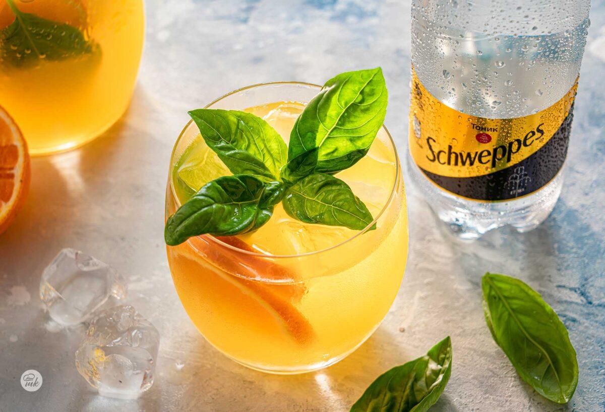 Лимонада Mango Tonic и босилек, в чаша, снимано отстрани