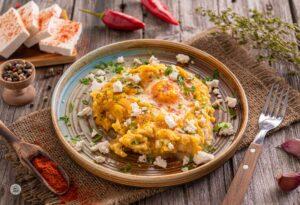 Яйца на фурна върху пюре от картофи, сервирани в чиния, снимани отстрани