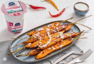 Печени моркови в сиво-синя порцеланова чиния със кофичка сметана Olympus