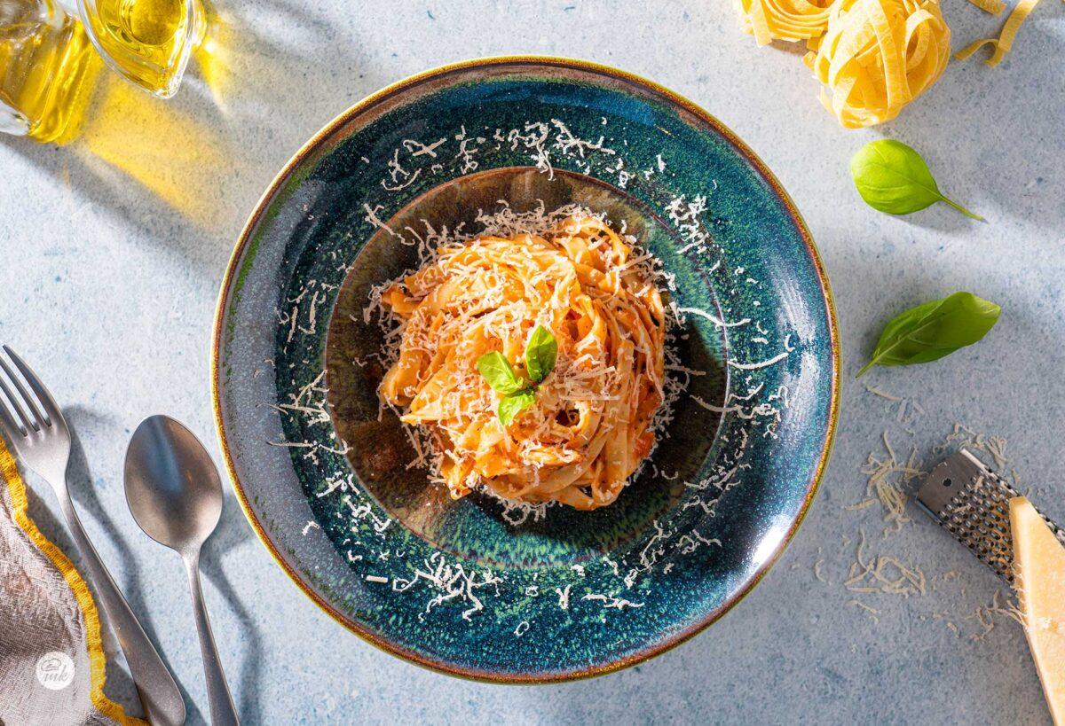 Спагети Наполи, сервирани в чиния, снимани отгоре