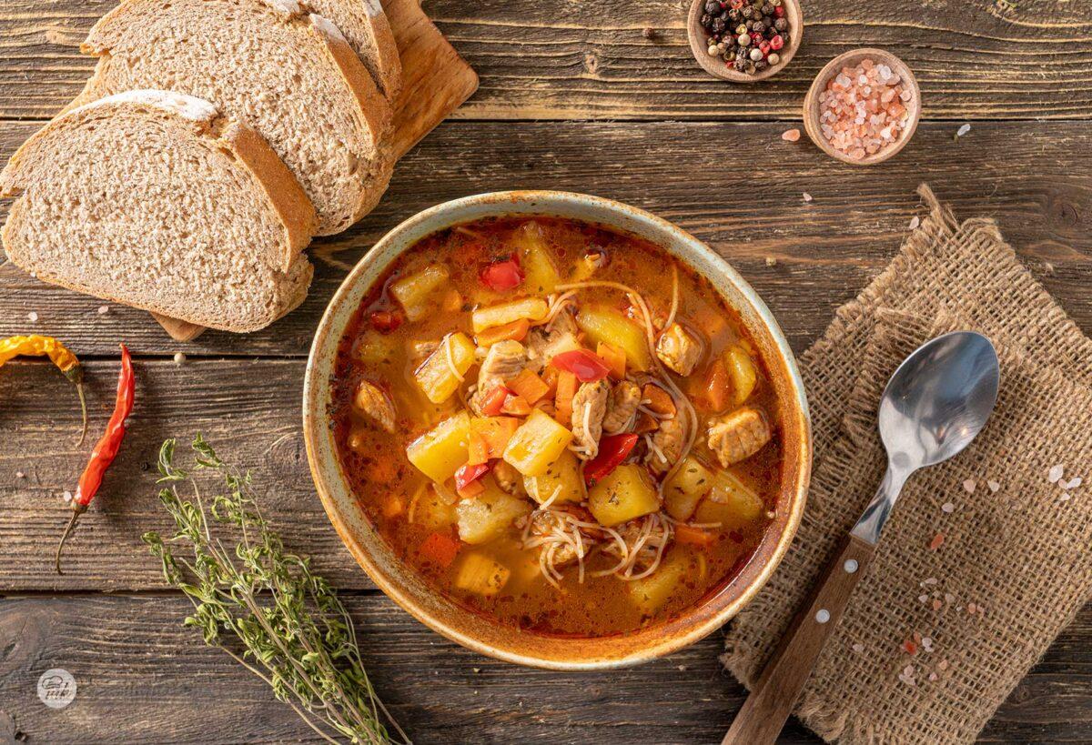 Супа от свинско месо със соев сос, сервирана в купа, снимана отгоре