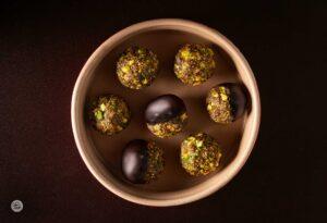 Сурови бонбони от смокини и шамфъстък, снимани отгоре