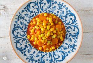 Яхния от нахут с екзотични подправки в чиния, снимано отгоре