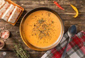 Яйчена супа, сервирана в купа, снимана отгоре